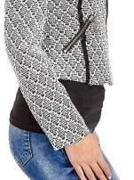 Czarna kurtka w geometryczne wzory ze skórzanymi wstawkami i kieszeniami