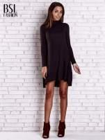 Czarna lejąca sukienka z golfem