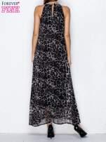 Czarna sukienka maxi w panterę z biżuteryjnym dekoltem