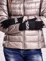 Czarne rękawiczki z napisem COOL i z wywijanym ściągaczem