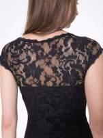 Czarny koronkowy t-shirt z głębokim dekoltem