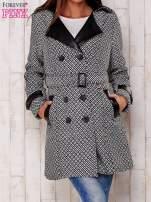 Czarny płaszcz ze skórzanym kołnierzem i paskiem