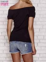 Czarny sweterek z opadającymi ramionami