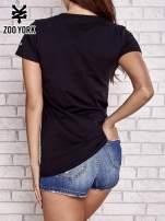 Czarny t-shirt z kolorowym nadrukiem