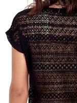 Czarny t-shirt z koronkowym tyłem i dżetami