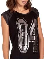 Czarny t-shirt z numerkiem i skórzanymi rękawami
