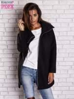Czarny wełniany płaszcz z kieszeniami i dużym kołnierzem
