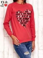 Czerwona bluza z nadrukiem w kształcie serca