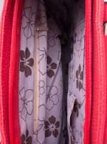 Czerwona miejska torba z ozdobnymi klamrami