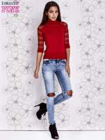 Czerwony sweter z golfem i ażurowymi rękawami