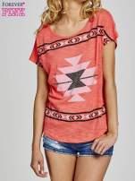Czerwony t-shirt we wzory azteckie z dżetami