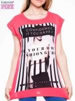 Czerwony t-shirt z nadrukiem kobiety w stylu fashion