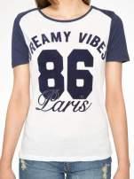 Ecru-granatowy t-shirt z napisem DREAMY VIBES 86 PARIS