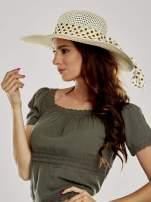 Ecru kapelusz słomiany z dużym rondem i apaszką w grochy