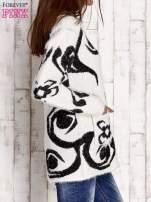 Ecru sweter long hair z ornamentowym motywem