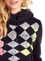 Granatowa bluza sportowa z kapturem i nadrukiem w romby