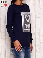 Granatowa bluza z błyszczącym nadrukiem