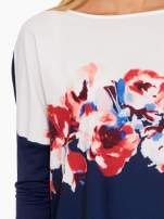Granatowa bluzka o nietoperzowym kroju z nadrukiem kwiatów