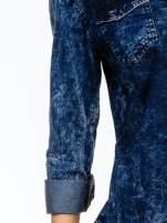 Granatowa koszula acid wash z podwijanymi rękawami
