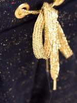 Granatowe spodnie dresowe przeplatane metaliczną nicią