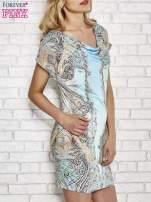 Jasnoniebieska sukienka w roślinne wzory z dekoltem typu woda