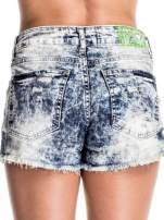 Jasnoniebieskie jeansowe szorty marmurki z poszarpaną nogawką