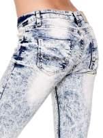 Jasnoniebieskie spodnie skinny jeans z dekatyzowaniem i przetarciami