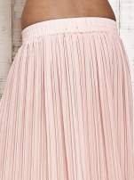 Jasnoróżowa spódnica maxi w plisy