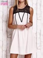 Jasnoróżowa sukienka z siateczkową górą