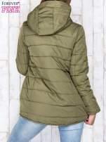 Khaki przejściowa kurtka puchowa z dłuższym tyłem