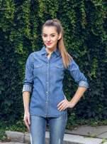 Klasyczna niebieska jeansowa koszula z kieszonkami