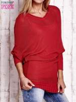 Koralowy dopasowany ażurowy sweter