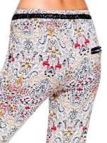 Lejące spodnie we wzór etno