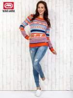 Łososiowy sweter w kolorowe wzory