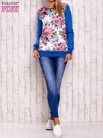 Niebieska bluza z kwiatowym nadrukiem