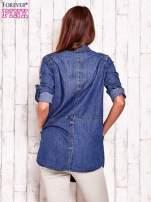 Niebieska denimowa koszula z podwijanymi rękawami