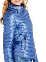 Niebieska lekka kurtka puchowa z suwakami przy rękawach