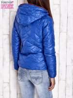 Niebieska pikowana kurtka z futrzanym ociepleniem