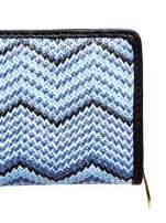 Niebieski pleciony portfel w geometryczne wzory
