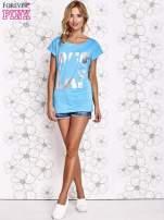 Niebieski t-shirt z motywem gwiazdy i dżetami