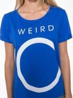 Niebieski t-shirt z napisem WEIRD