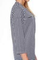 Prosta sukienka w pepitkę z kieszonką z pikowanej skóry