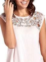 Różowa bluzka koszulowa z ozdobnym dekoltem z wycięciami