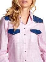 Różowa koszula w kratę ze wstawkami na ramionach i patkami z denimu