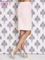 Różowa ołówkowa spódnica ze złotym suwakiem