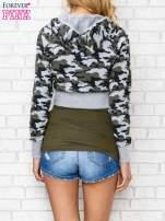Szara bluza cropped we wzór moro