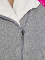 Szara dresowa ramoneska z futrzanym kołnierzem