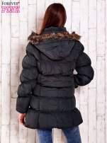 Szara pikowana kurtka z futrzanym wykończeniem kaptura