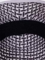 Szary kapelusz słomiany z dużym rondem i ciemną wstążką