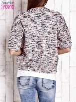 Szary sweter bouclé z metaliczną nicią